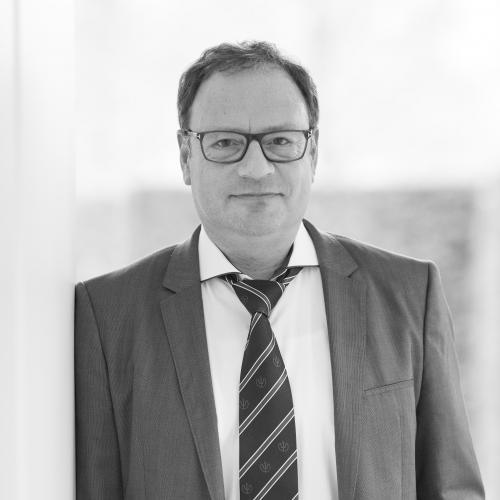 Pieter Dhollander - Pieter Dhollander studeerde af aan de KULeuven als licentiaat in de rechten. Hij volgde een aanvullende studie in het fiscaal recht (GAS - 1997) en behaalde bijkomend een licentie (master) in het notariaat in het jaar 2002.