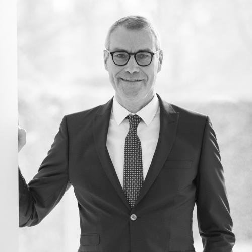Johan Colpaert - Afgestudeerd als licentiaat in de rechten UIA (Universitaire Instelling Antwerpen) in 1981. Hij is plaatsvervangend Vrederechter II kanton in Sint-Niklaas.
